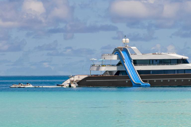bateau de plaisance avec toboggan, îles maldives.