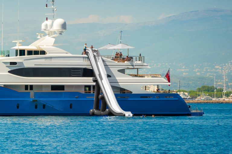 Inflatable-Yacht-Slide_SeaRaft_21011-02-zoom-min